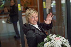 Nadia Toffa con un mazzo di fiori per Ilary Blasi